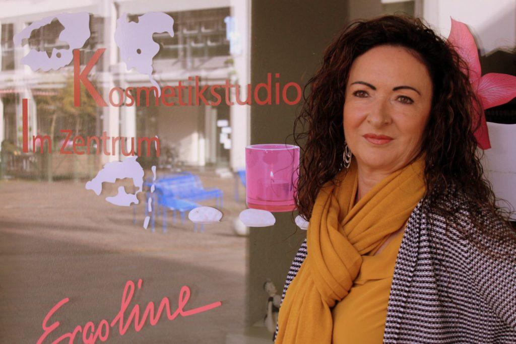 Katrin Widmer vor dem Kosmetikstudio im Zentrum